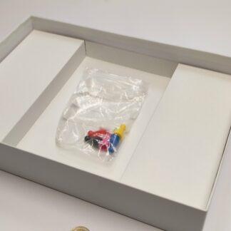 speldoos karton A4 blanco open met inlegplateau en pionnen